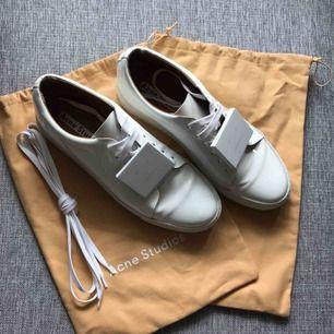 Sneakers från Acne Studios i lackat läder. Knappt använda.