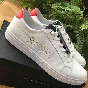 Helt nya sneakers från Tommy Hilfiger, aldrig använda endast testade inomhus. Säljes på grund av att de beställdes i fel storlek och går inte skicka tillbaka