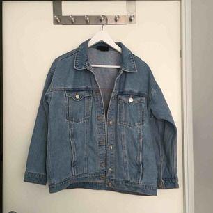En oversize-jeansjacka från monki stl XS. Finns innerficka o också utanpå. Knappt använd så i nyskick. Ljusblå