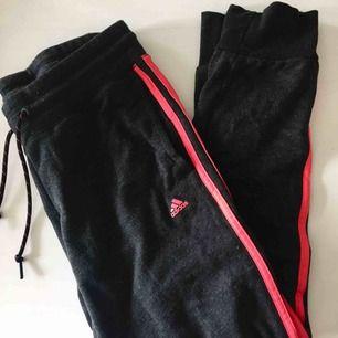 Byxor köpta på Adidas för 400kr, självklart äkta! Knappt använda😊