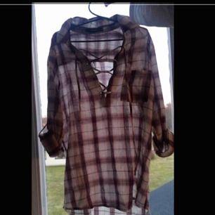 Fin skjorta med snörning vid bröstet och rutigt mönster 🔥 Endast testad, säljer för att den inte passade mig. Köpare står för frakt 😊