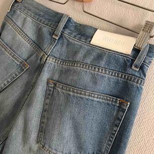 Croppade Whyred jeans. Modell Patti Blue, 100% bomull. Supersköna, höga i midjan. Använda ca. 3 gånger pga. lite för små för mig.