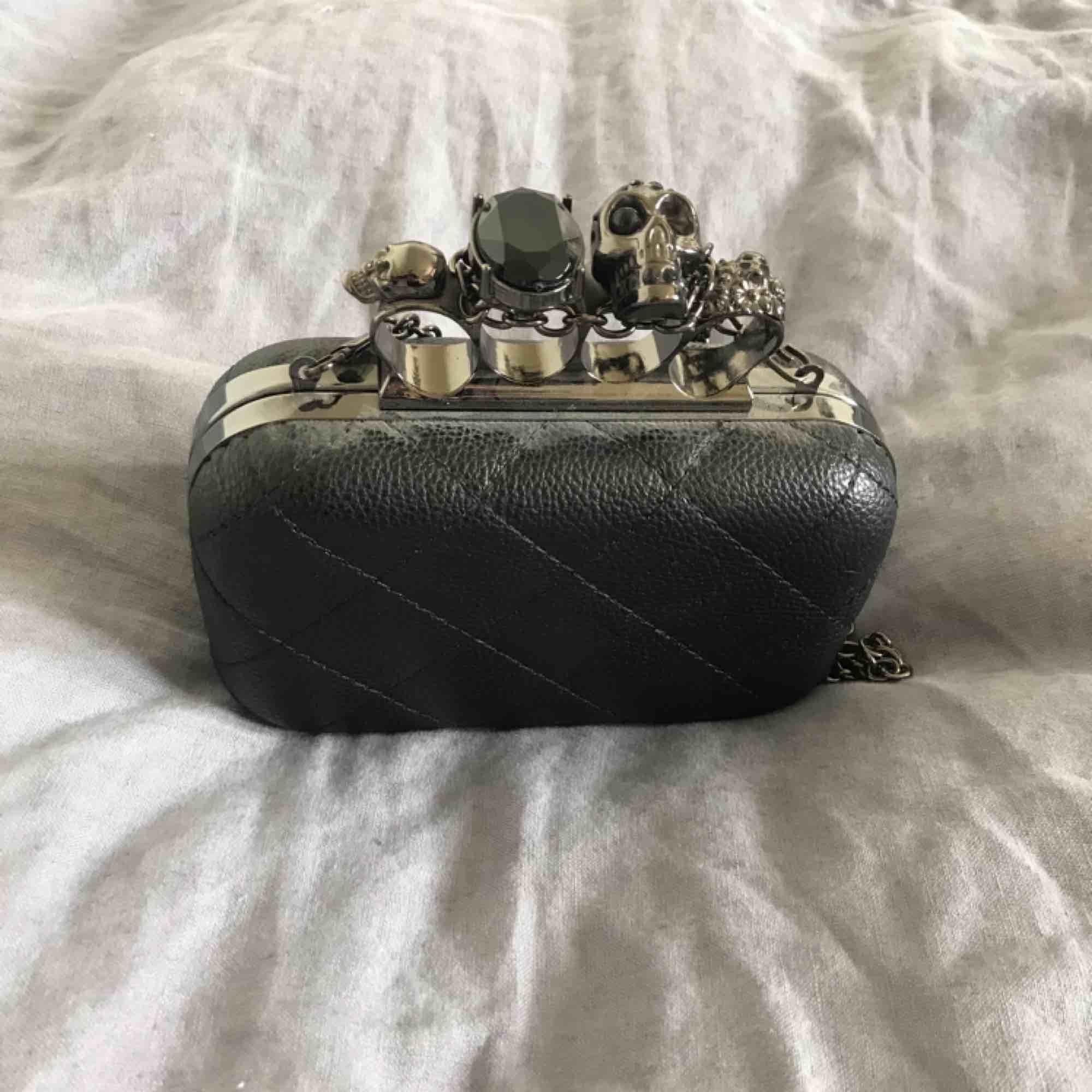 Liten handväska med handtag. Frakt tillkommer. . Väskor.
