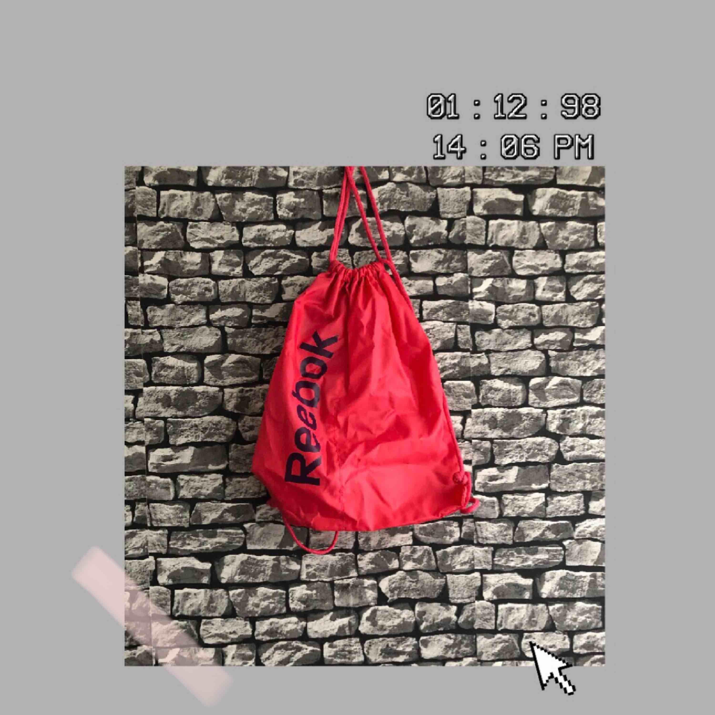 En rätt stor rosa Reebok gympa/träningsväska. Har aldrig använt den. För fler bilder går det bra att fråga :) Frakt förekommer. Kan mötas upp i Göteborg.. Väskor.