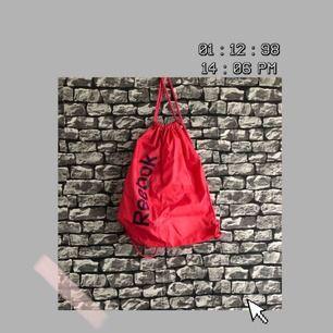 En rätt stor rosa Reebok gympa/träningsväska. Har aldrig använt den. För fler bilder går det bra att fråga :) Frakt förekommer. Kan mötas upp i Göteborg.