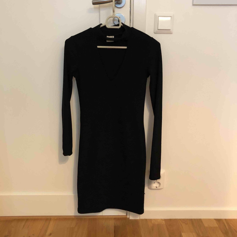 En svart och väldigt snygg v-ringad klänning från Gina Tricot. Klänningar.