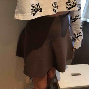 Fin kjol i bra skick! Passar xs-M väldigt stretchig!
