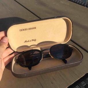 Dundersnabba solglajjer från Emporio Armani Etuit är slitet men glasögonen OANVÄNDA.  Bara legat och samlat damm.  🤠Hämtas vid min bostad/postas för 49kr🤠