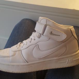 Helt nya nike skor använt två gånger och är fel storlek för mig därför säljer jag dem frakt tillkommer