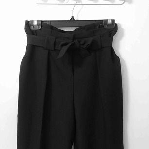 Fin byxor i svart färg. Frakt ingår i priset. Använda ett fåtal gånger.