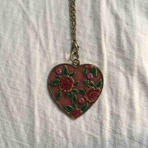 Superfint halsband! Hjärtat är ca 3 cm brett. Själva kedjan är väldigt lång men man kan byta ut den om man vill. Frakt ingår i priset