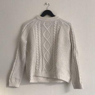 Vit kabelstickad tröja från Monki. Klassisk sommartröja med fina detaljer. Väl använd men i fint skick, förutom lite noppor på insidan.