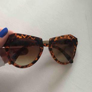 Coola oanvända glasögon från nakd! Köpa för ungefär ett år sen men inte alls använda och väldigt fina fortfarande!