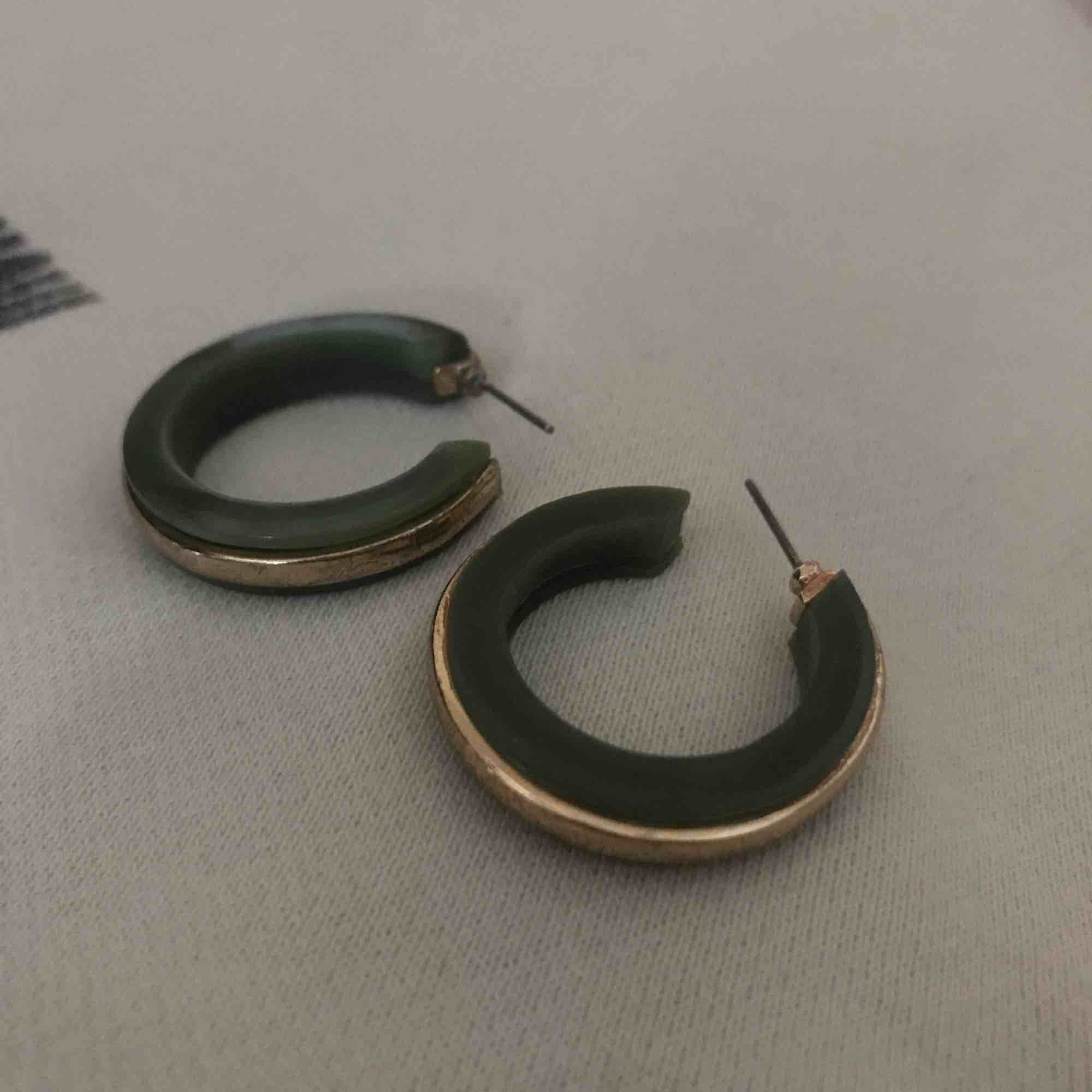Fina gröna örhängen väldigt nya! Jättefint skick och priset kan diskuteras:). Accessoarer.