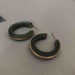 Fina gröna örhängen väldigt nya! Jättefint skick och priset kan diskuteras:)
