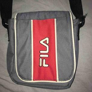 Riktigt snygg Fila väska med många fack. Matchar perfekt till jackan jag säljer! Frakt tillkommer eller hämtas i Västerås. Hmu vid intresse!😋
