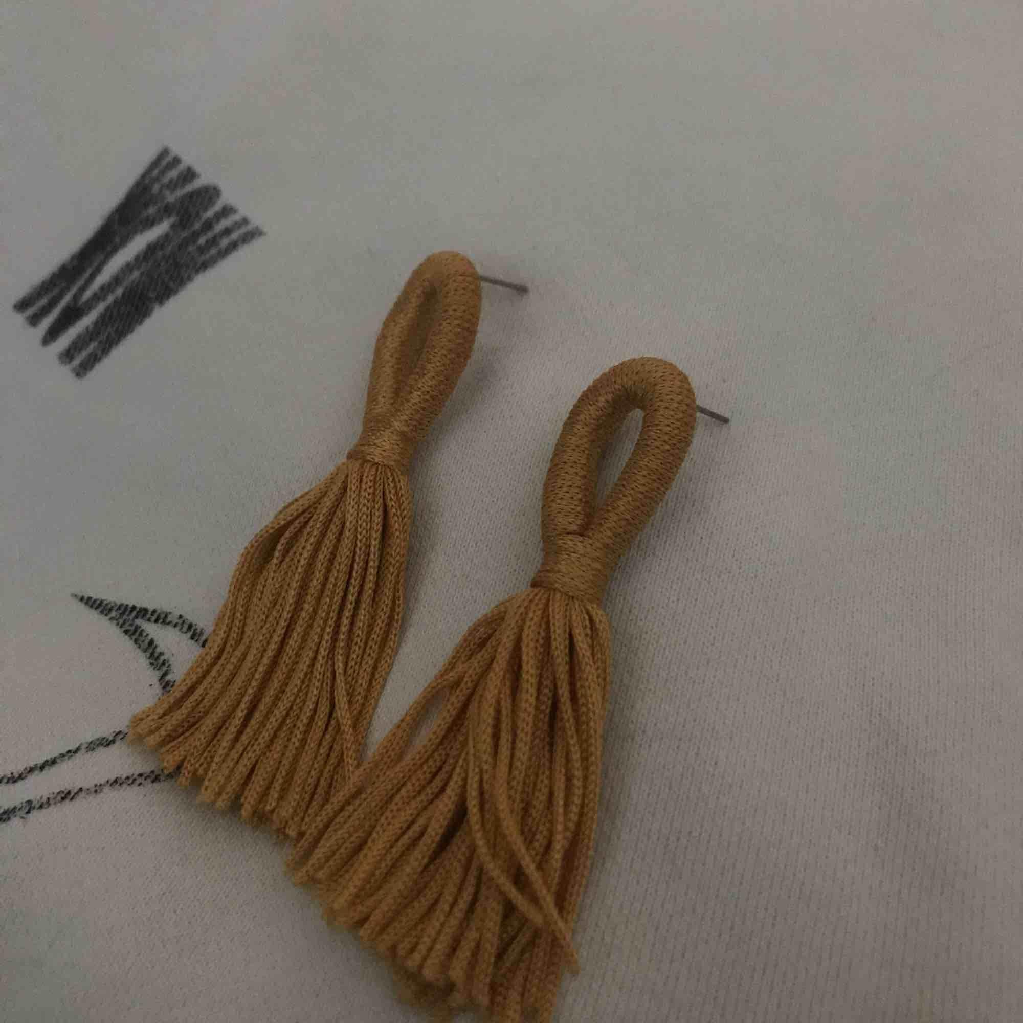 Gula örhängen från hm!:). Accessoarer.