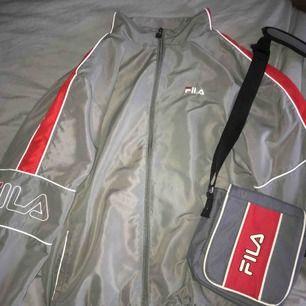 Säljer den här Fila jackan tillsammans med väskan! Riktigt snygg matchning🤪 Kan även säljas separat, Jackan för 300 och väskan 170, frakt tillkommer ofc! Hmu vid intresse!
