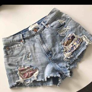Snygga jeansshorts från Garage.  Modell: Festival short Storlek 1 vilket motsvarar XS/S.  I mycket fint skick!   Frakt tillkommer!