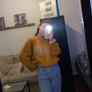 Senapsgul oversized stickad tröja från carlings! Pga oversized bör den passa från xs - m. Bra skick. Köpare står för frakt ✨