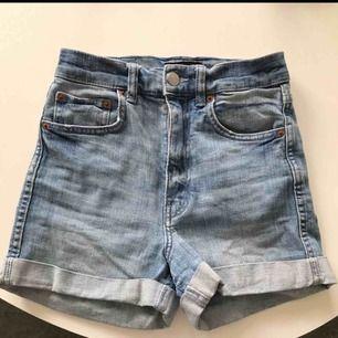 Höga jeansshorts från Monki.  Storlek XS I mycket fint skick.   Frakt tillkommer!