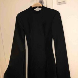 En lite finare klänning från Nelly.com som jag har använt 2 gånger vid lite finare tillfällen, sitter väldigt snyggt på kroppen och passar riktigt bra om du ska på bröllop exempelvis. Hör av dig om du vill att jag skickar lite bättre bilder på den 🌹