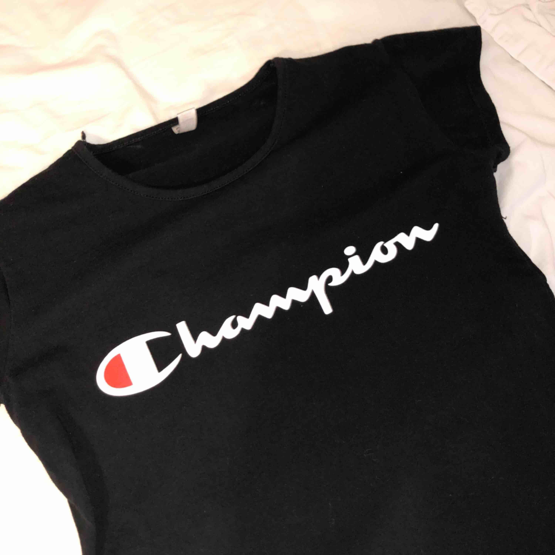 En snygg men ändå basic t-shirt från Champion. T-shirts.