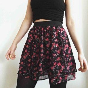 Jättesöt kjol från Lindex! Köpte den på barnavdelningen för något år sedan, storleken är 158/164 egentligen men om man är XS sitter den hur bra som helst 🌸💗 Köparen står för frakt, eller mötas upp i Karlstad✨