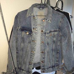 Snygg oversize jeansjacka i snygg ljusblå färg från veromoda! Knappt använd