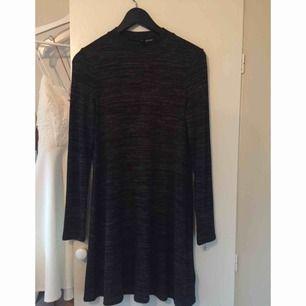 Fin mörkgrå, stretchig klänning. Använd 1 gång. Säljer eftersom den inte är min stil. Väldigt luftig och skön klänning. Köparen står för frakt alt möter upp i Stockholm elr Södertälje