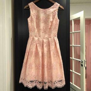 Väldigt fin och välgjord klänning som tyvärr inte kommer till användning. Endast använd på bild. Köpt i Prag nypris ca 900kr, köpare står för frakten❤️