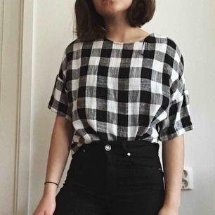 Rutig tröja från Zara! Tröjan har små träknappar i ryggen✨Köparen står för frakt eller så kan vi mötas upp i Karlstad 💓