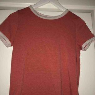 Röd t-shirt med vita detaljer