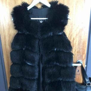 Säljer min fake fur. Pris kan diskuteras vid snabb affär .