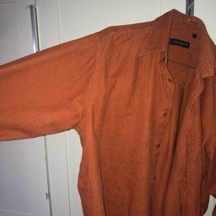 Orangebrun Manchesterskjorta. Köpt på humana second hand för 180kr. Använd cirka 2 gånger. Oversized skjorta och funkar att ha som sommarjacka!