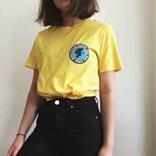 Ed sheeran merch! 👨🏻🦰Gul T-shirt i storlek S, men den är stor i storleken så även en M kan ha den💛 Tröjan har även tryck på ryggen. Gratis frakt!