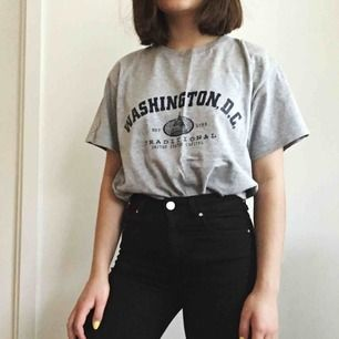 Denna tröja är köpt i USA! 🇺🇸🇺🇸Storleken är M men den är även snygg som oversized, så även en XS kan ha den💕Köparen står för frakt eller så kan jag mötas upp i Karlstad!✨