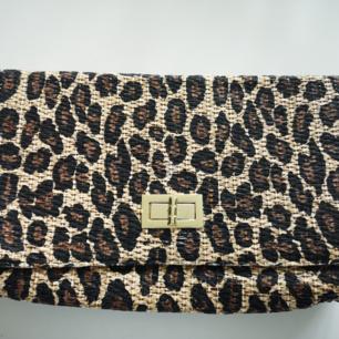 Fin väska i leopard med guld Spänne.