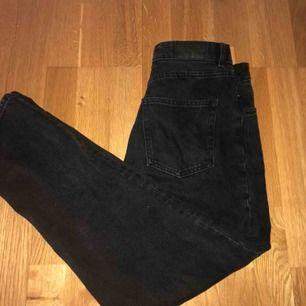 Ett par svarta jeans från monki i modellen taiki. Använda 2 gånger så dom är precis som nya. Köpta för 400kr. Perfekta jeansen som passar till allt!