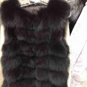 Hej! Jag har en helt ny pälsväst i ÄKTA rävpäls. Den är svart i strl S.  Nypris är ca 7000kr men jag säljer den för 2500kr, pris kan diskuteras vid snabb affär  Kan byta mot en pälsväst i XS