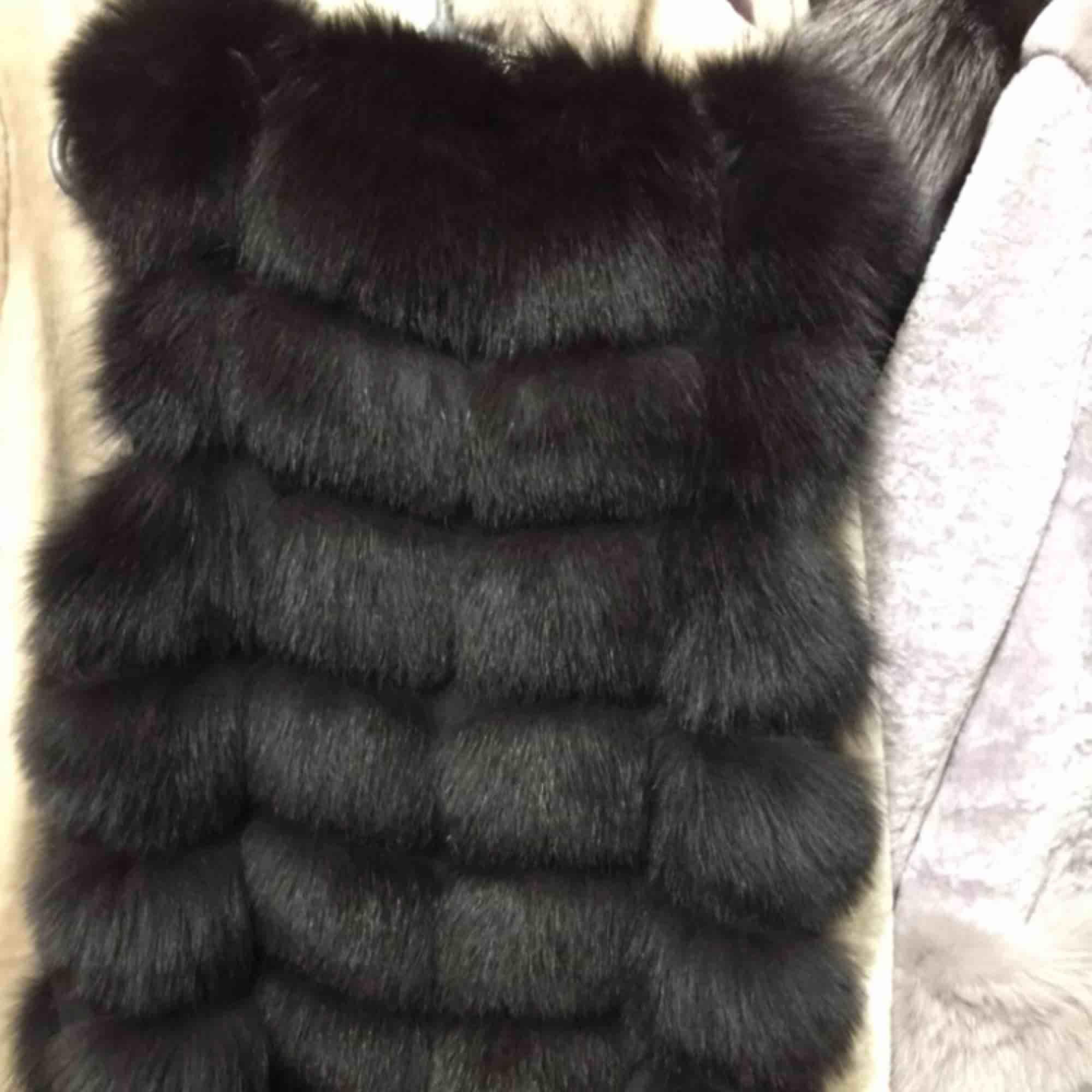 Hej! Jag har en helt ny pälsväst i ÄKTA rävpäls. Den är svart i strl S.  Nypris är ca 7000kr men jag säljer den för 2500kr, pris kan diskuteras vid snabb affär  Kan byta mot en pälsväst i XS . Jackor.