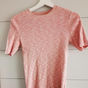 Stickad t-shirt ifrån h&m trend i en fin rosa färg.