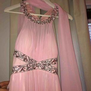 Balklänning ifrån miinto storlek S/M, nypris 1400kr, säljer för 900, använd 1 gång