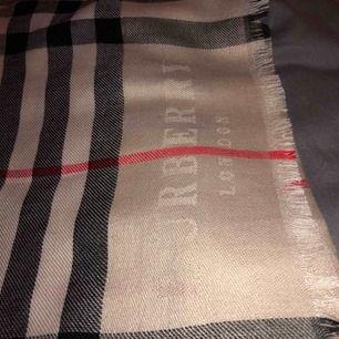 Jättefin burberry kopia, köpt för 599kr säljer för 170, jättebra kvalite, helt ny