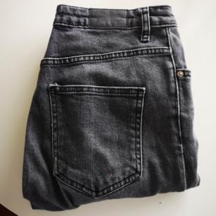 Jeans i svart snygg slitning från gina tricot.