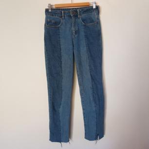 Blå högmidjade jeans i 2 toner från H&M, köpte dem för 500 kr och är sparsamt använda. 100% bomull