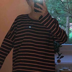 En randig tröja från monki. xxs men är väldigt oversize som ni kan se så passar alla möjliga storlekar. Väldigt skön och bekväm tröja. Aldrig använd. Köparen står för frakt.