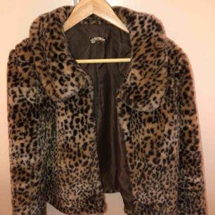 Fin leopard päls, storlek S, från bikbok
