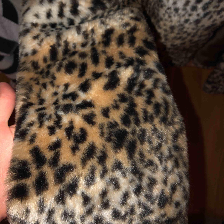 Fin leopard päls, storlek S, från bikbok. Jackor.
