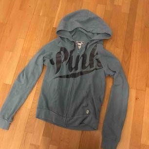 Jättefin hoodie från Pink. Sparsamt använd då den tyvärr inte riktigt är min stil. Köpt i London. Kan användas som både träningströja och vanlig kofta! Köpare står för frakt